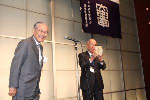 30年間の永続会員として川手正一郎氏が足立会長より記念の盾を授与