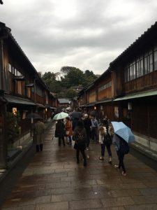小雨にけぶるひがし茶屋街も趣きあり